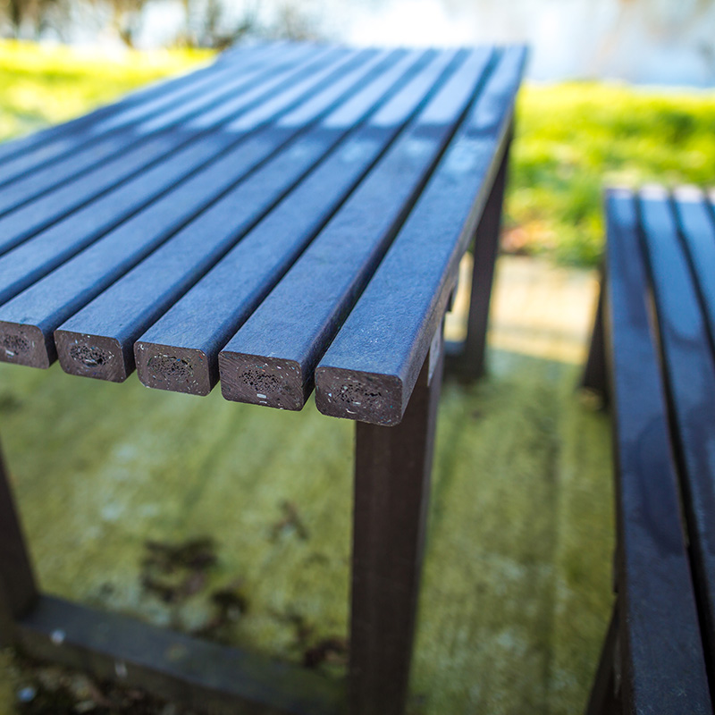 Espace Créatic - Les Mobiliers Urbains - Table MADRID en matériaux recyclé et 100% recyclable